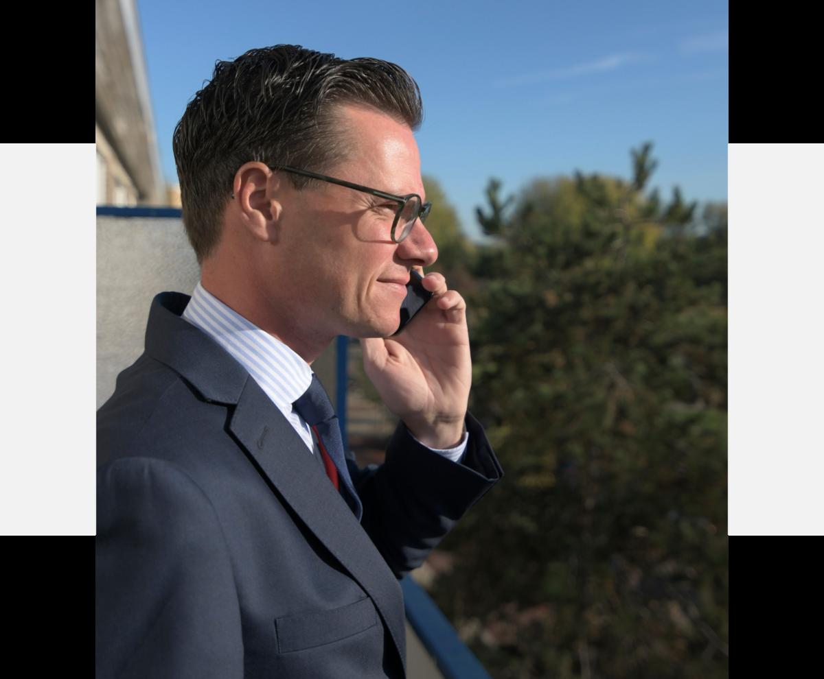 NVM Taxateur voor regio Den Haag aan de telefoon